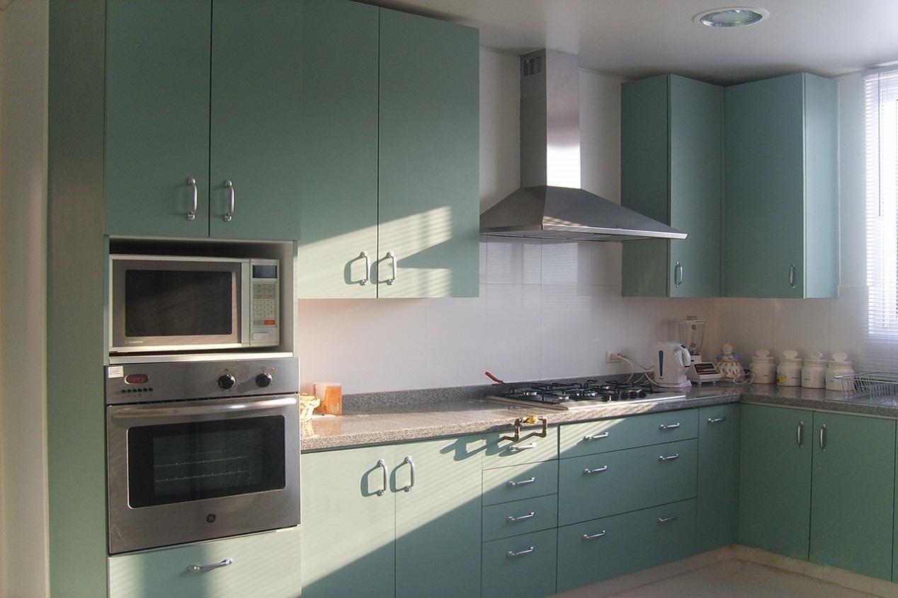 Proyecto de muebles de cocina a medida, puertas enchapadas color verde