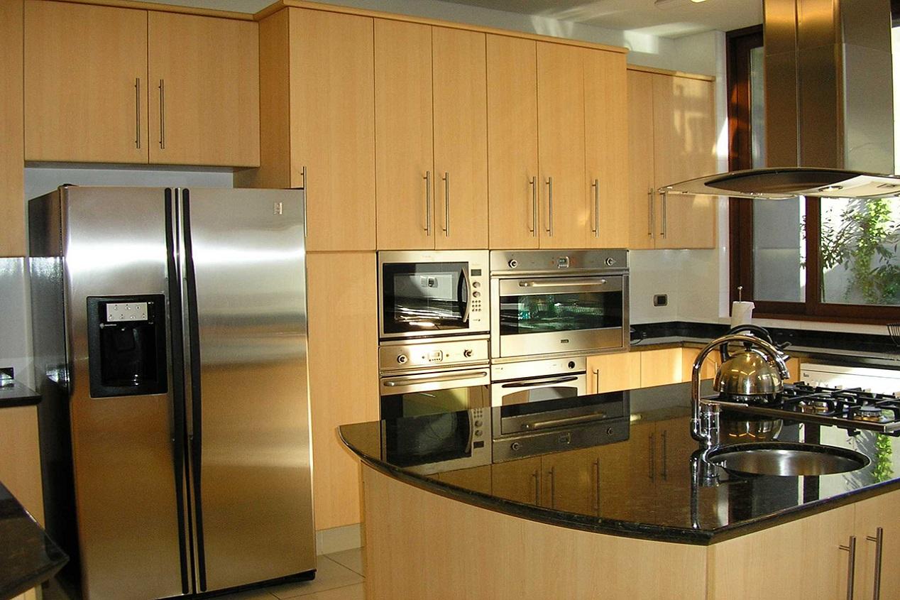 Muebles de cocina cubierta granito puertas postformado for Muebles plateros cocina